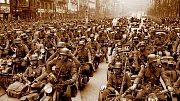 Motorizovaný pluk SS s označením Adolf Hitler vjíždí na Václavské náměstí