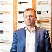 Fotbalista Ivo Ulich, dříve úspěšný záložník Slavie nebo německé Borusie Mönchengladbach, řídí nyní firmu M&T, která vyrábí kliky pro dveře a okna. Po 20 letech firma vykazuje růst tržeb, když loni dosáhla obratu ve výši 74 milionů korun.