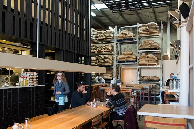 Jedna znejvětší pražíren výběrové kávy vMelbourne Industry Beans