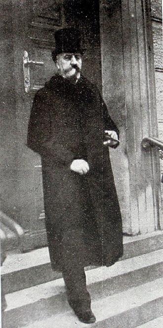 Karl hrabě von Stürgkh se stal obětí atentátu už jako ministr kultu a vyučování vroce 1911.Útočník tehdy vparlamentu neúspěšně střílel po ministru spravedlnosti a Stürgkha náhodně zasáhla tříska ze sněmovní lavice
