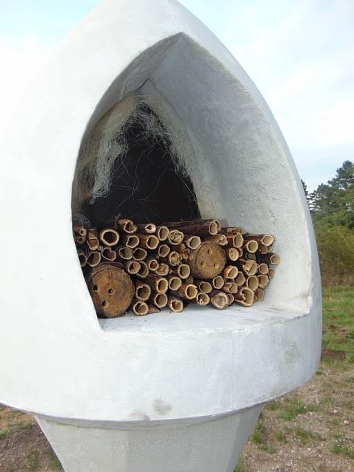 Hlavice božích muk slouží k zahnízdění včel samotářek