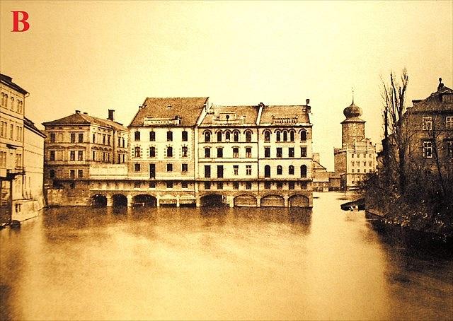 Vmístech dnešní výstavní síně Mánes srestaurací býval ještě před 150lety čilý průmyslový ruch. Fungovaly zde Šitkovské mlýny, vodárna, barvírny a řada dalších provozů závislých na vodní síle