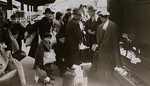 Židovské rodiny zHanau uFrankfurtu nad Mohanem odjíždějí do Terezína, rok 1942