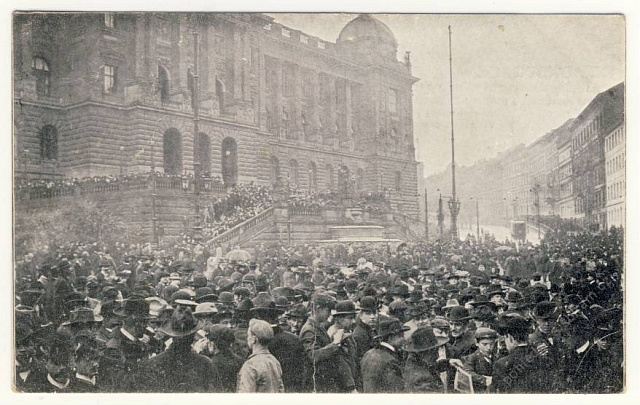 Demonstrace za zavedení všeobecného volebního práva vroce 1905před Národním muzeem vPraze