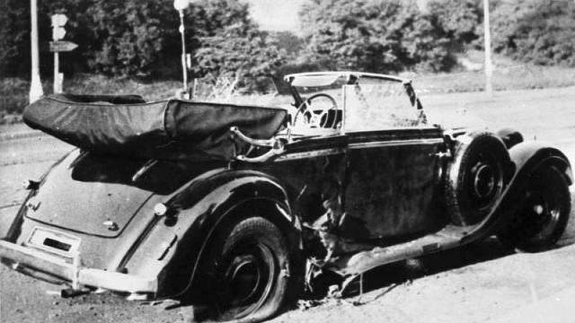Heydrichův automobil zničený explozí