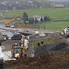 Snímek z D8 v polovině letošního roku u Litochovic. Severočeská dálnice ve směru na Drážďany měla být hotova už před 15 lety.
