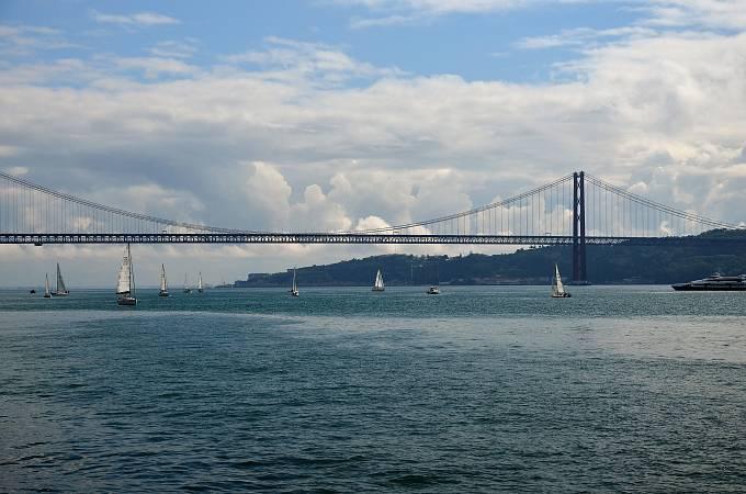 Červený visutý most Ponte 25 de Abril připomíná Golden Gate Bridge v Kalifornii.