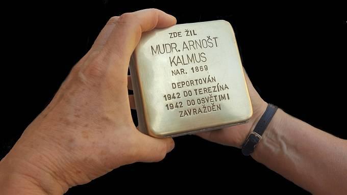 Kameny zmizelých představují dlažební kostky z mosazi se základními daty obětí holocaustu