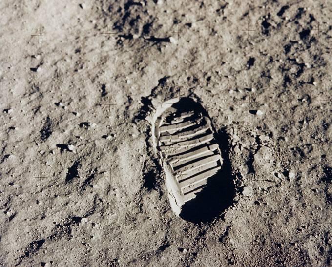 Jeden z prvních otisků lidské boty na povrchu Měsíce. Autorem je Buzz Aldrin. Vyfoceno 20. července 1969.