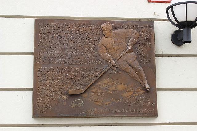 Tabule na domě vpražské Pštrossově ulici číslo 194/28, vněmž bývala restaurace UHerclíků, ve které byli 13.března 1950zatčení českoslovenští hokejisté.
