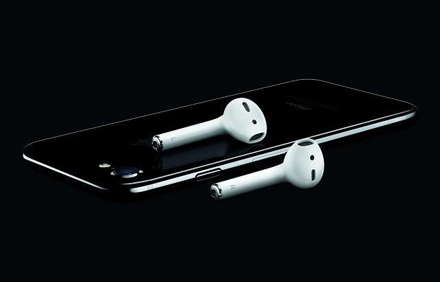 KiPhone 7již nebudou sluchátka připojena přes klasický jack, ale budou komunikovat bezdrátově přes Bluetooth