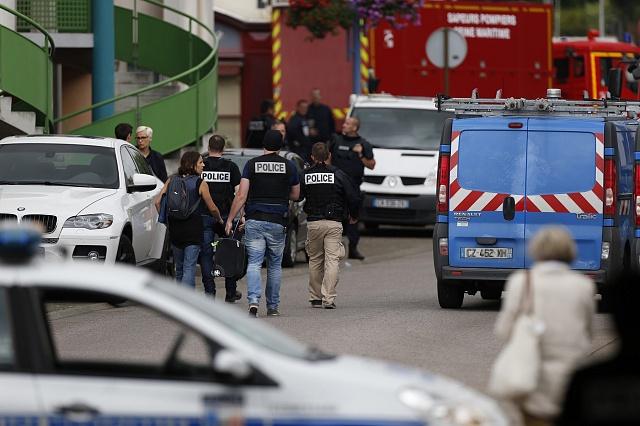 Francouzská policie vakci poté, co dva muži přepadli kostel nedaleko města Rouen vseverní Francii.