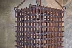 Klec v mučírně na hradě Kost