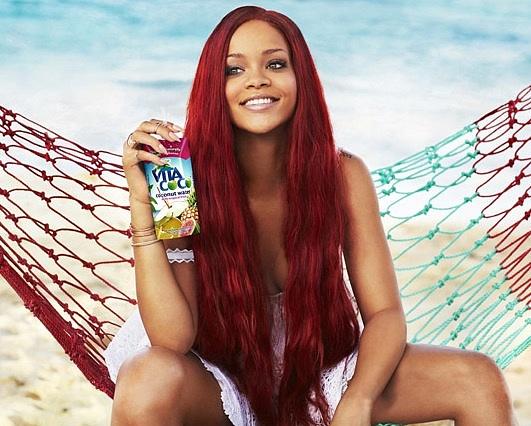 Zpěvačka Rihanna propaguje pití kokosové vody.