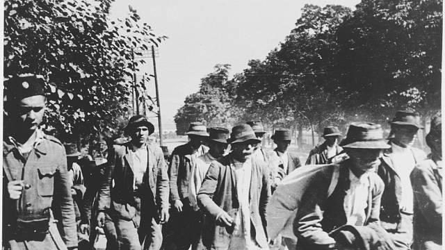 Srbští a Romští vězni při deportu do tábora Jasenovac