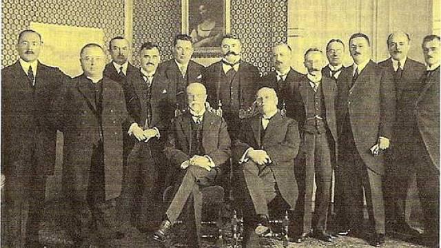 Vláda panské koalice v čele s Antonínem Švehlou (vpředu vlevo) po audienci u prezidenta Masaryka v roce 1926