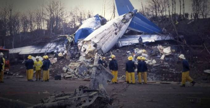 Letadlo skončilo v troskách těsně u dálnice