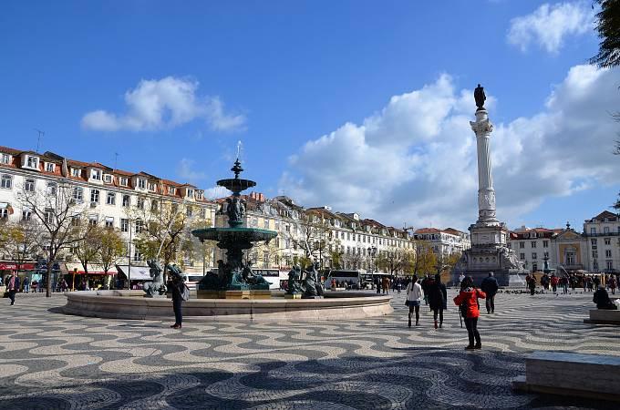 Centrální náměstí Rossio připomíná město duchů.