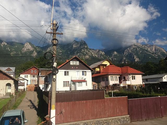 Rumunské protiklady - fotogenické hory a hrůzná úroveň rozvodů elektřiny.