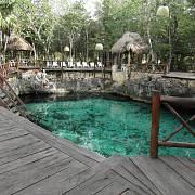 Mayský cenot – průzračné jezírko propojené s dalším labyrintem zatopených jeskyní a chodeb – míval dříve často náboženskou funkci, dnes je většinou lákadlem pro turisty.