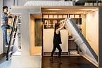 Padesátimetrový byt v San Francisku si manželé Wangovi koupili v roce 2009 za 350 tisíc dolarů a uzpůsobili jej svým potřebám. Pod postelí mají variabilní prostor. Obytný kout lehce změní na jídelní kout.