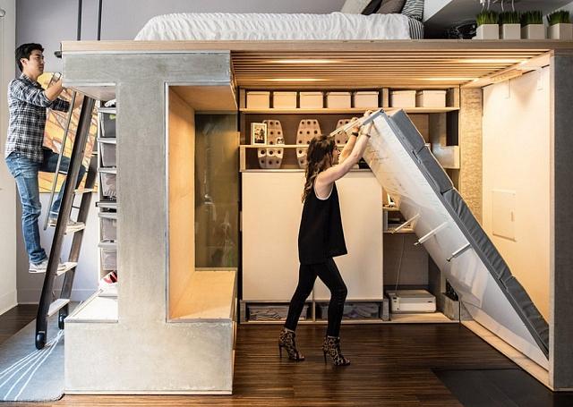Padesátimetrový byt vSan Francisku si manželé Wangovi koupili vroce 2009za 350tisíc dolarů a uzpůsobili jej svým potřebám. Pod postelí mají variabilní prostor. Obytný kout lehce změní na jídelní kout.
