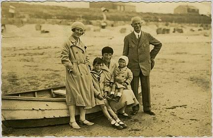 Emil Kolben se svou snachou a vnuky na pláži, kolem 1930