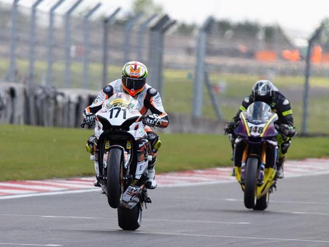 Britský závodní motocyklový tým True Heroes Racing pomáhá traumatizovaným a zraněným vojákům