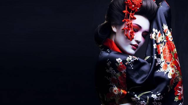 Gejšou se může stát jakákoli japonská dívka, která absolvovala střední školu, má černé vlasy a souhlas rodičů.