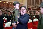 Kim Čong-un vlastní děti tají, ale rád se fotí s cizími.