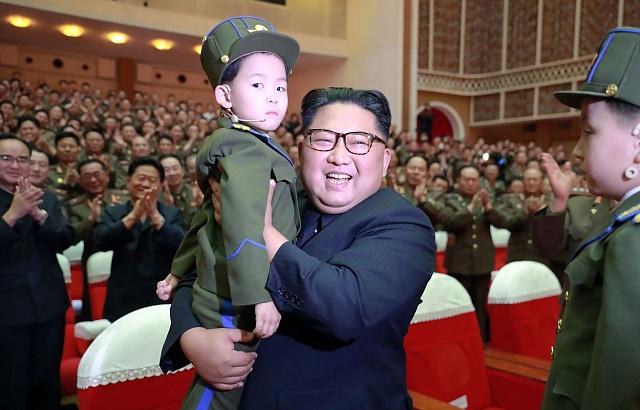 Kim Čong-un vlastní děti tají, ale rád se fotí scizími.