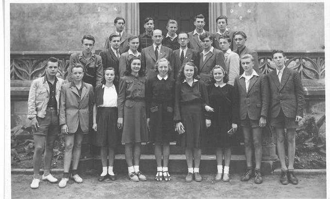 Vladimír Hradec během studia na střední škole (druhá řada, třetí zleva - vedle profesora)