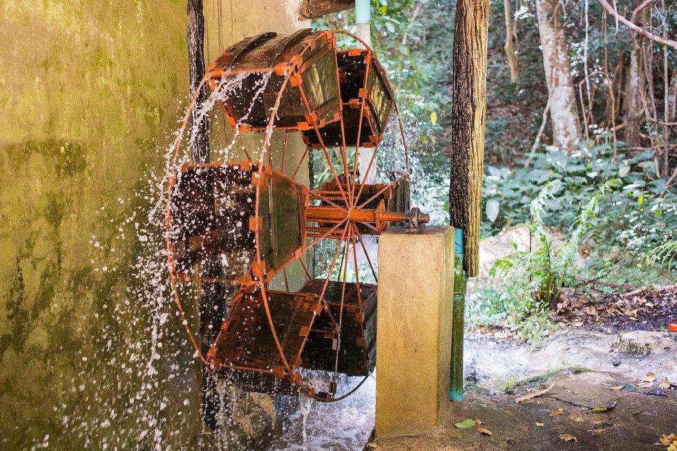 Vodní mlýn, který pohání všechny mechanické stroje na zpracování kávy.