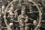 August Landmesser jako jediný pravici nepozdvihl.