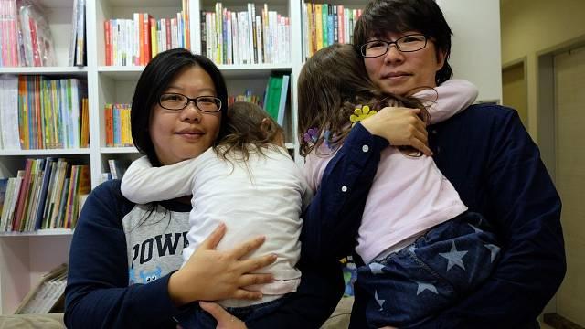Homosexuální páry by měly mít možnost adoptovat děti. Dítě potřebuje jistou citovou vazbu k těm, co se o něj starají, ústavní výchova to nezajistí, říká psycholožka