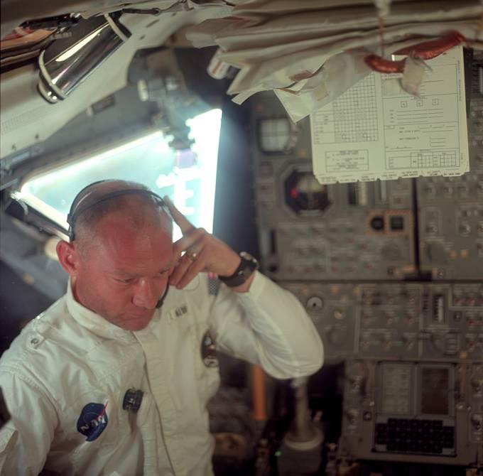 Astronauti poté přestavěli loď, odpojili velitelský modul, otočili ho a připojili k lunárnímu. Na snímku zamyšlený Buzz Aldrin.