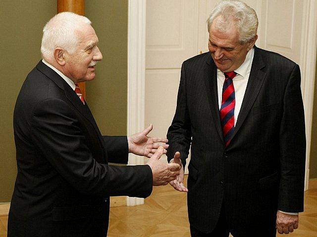 Václav Klaus a Miloš Zeman: Celé čtvrt století byli hlavními postavami české politiky, přesto jim nedělá problém hrát si na české Trumpy.