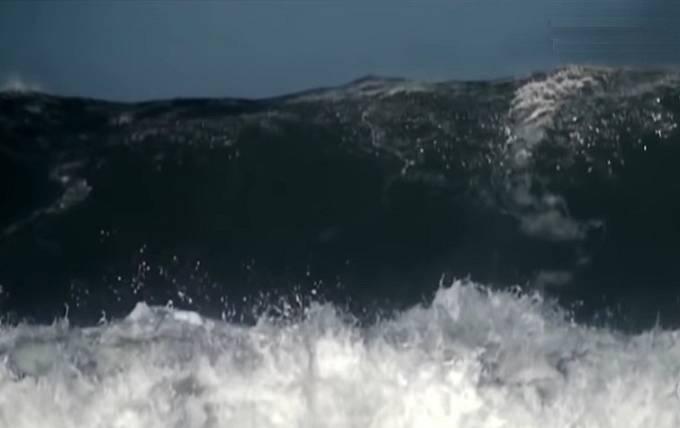 Obří vlny pustoší nejen pobřeží.