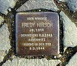 Pamětní destička Fredyho Hirsche, židovského pedagoga a vůdčí osobnost vzdělávání dětí v  koncentračních táborech Terezín a Auschwitz-Birkenau