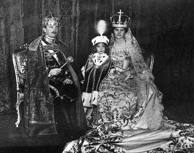 Karel I. Habsburský smanželkou Zitou a princem Ottou po uherské královské korunovaci vroce 1916