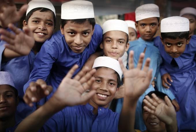 Tyto děti mají štěstí, že chodí do školy. Dháka.