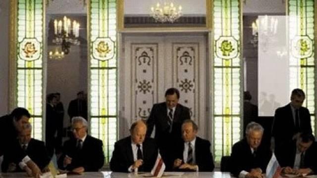 Viskuli, 8. prosince 1991: Boris Jelcin (sedí druhý zprava), Stanislav Šuškevič (třetí zleva) a Leonid Kravčuk (druhý zleva) podepisují za Rusko, Bělorusko a Ukrajinu Bělověžskou dohodu o zániku Sovětského svazu.