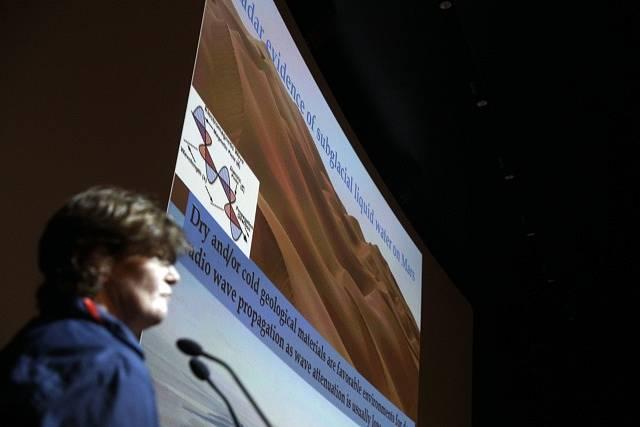 Italští vědci ohlásili nález velkého podzemního jezera s vodou v kapalném stavu na planetě Mars