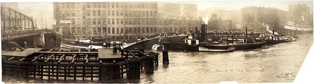 Vrak převráceného parníku Eastland roku 1915