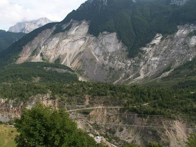 Chybějící část úbočí Monte Toc po sesuvu na snímku z roku 2005.