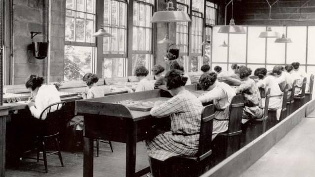Radiové dívky v továrně