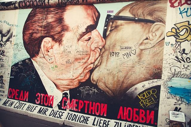 Brežněv při polibku svýchodoněmeckým lídrem Erichem Honeckerem - plakát na Berlínské zdi