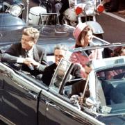 JFK s chotí při průjezdu Dallasem