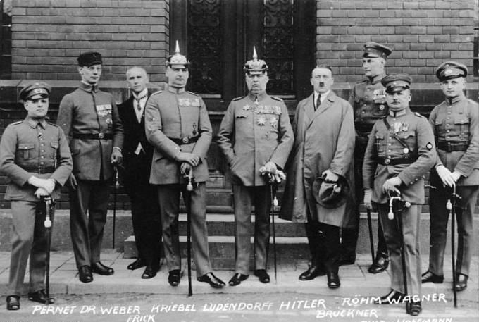 Nacističtí pohlaváři s německými veliteli Šéf SA Ernst Röhm druhý zleva, Adolf Hitler čtvrtý zprava