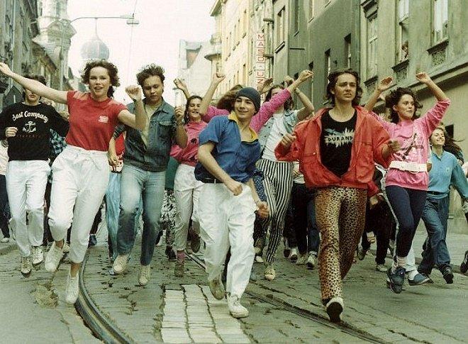 Přehlídku módy 80. let najdete ve snímku Diskopříběh